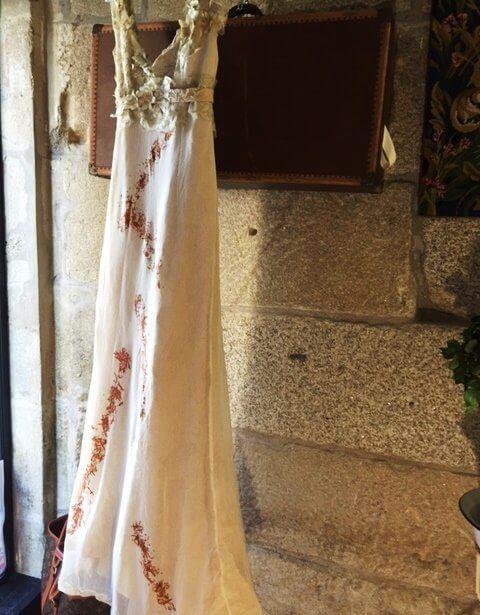 vestido beige acrescencia escote en pico