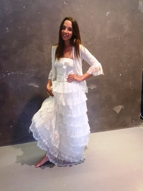 Nuestra modelo posa con el vestido de Charoa en Lagasca Vintage